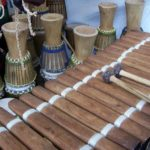 Emile Ousso présente les instruments traditionnels du Congo